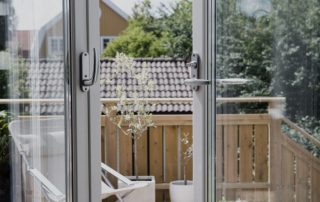 Dubbla glasdörrar öppna mot balkong
