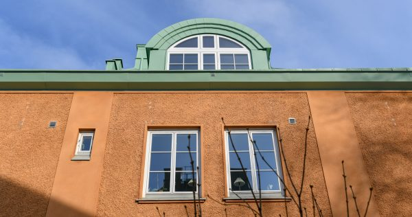 hus med orange fasad och tak och kupol i grönt