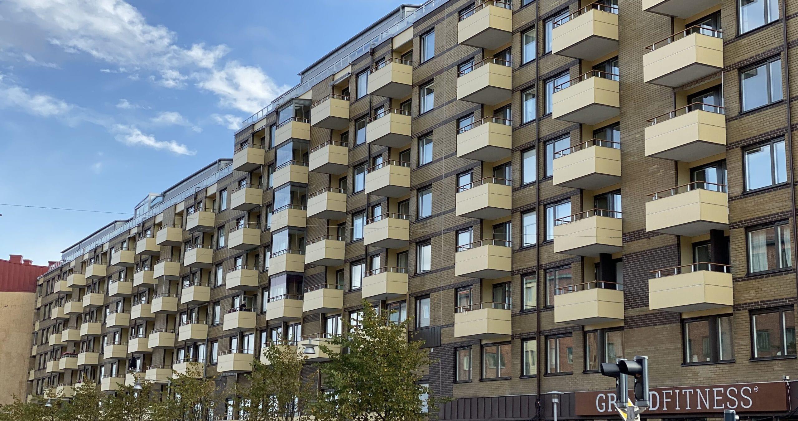 lägenhetshus med balkonger på skanstorget i göteborg