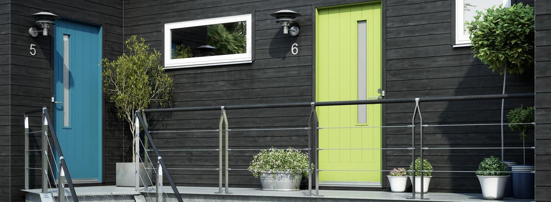 gul och blå ytterdörr från Swedoor på svart fasad