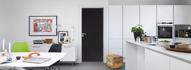 svart innerdörr från Swedoor i vitt kök