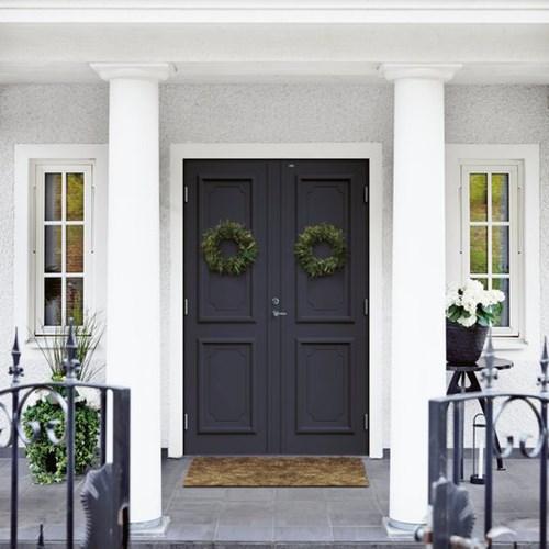 svarta dubbeldörrar från Diplomatdörrar på vitt hus