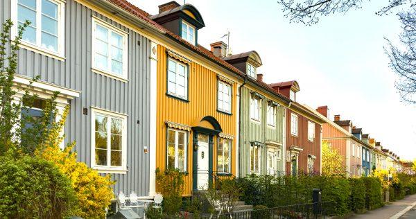 Färgglada hus på gata